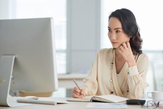 Nadenkend vrouwelijke ondernemer