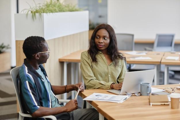 Nadenkend zakenvrouw luisteren naar collega praten over zijn idee van nieuwe marketingcampagne