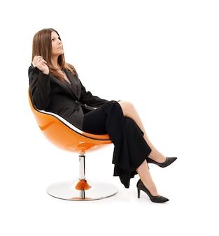 Nadenkend zakenvrouw met mobiele telefoon over wit