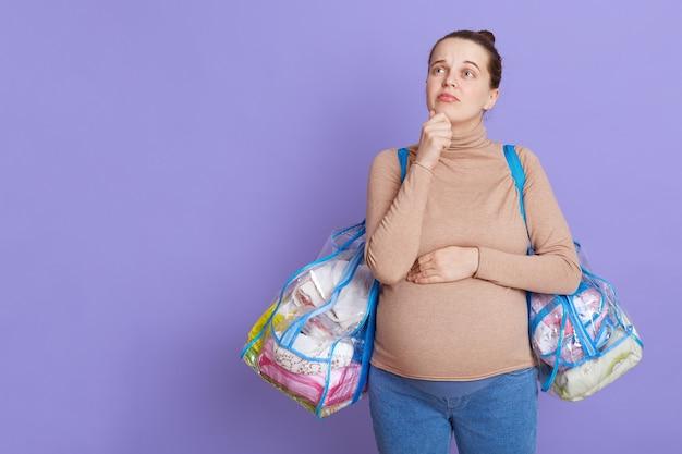 Nadenkend zwangere vrouw die over kind droomt