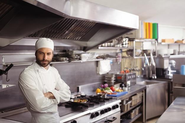 Nadenkende chef-kok die zich in commerciële keuken bevindt