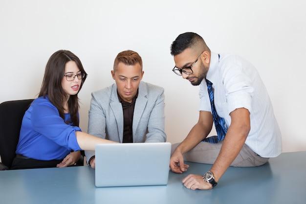 Nadenkende collega's die bedrijfsanalyse houden