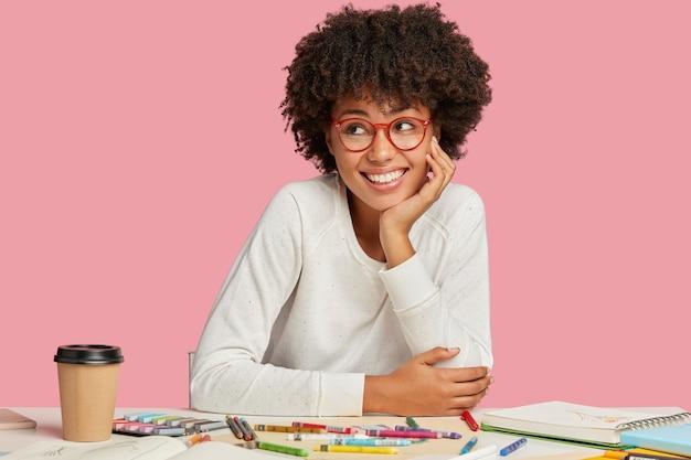 Nadenkende dromerige ontwerper denkt aan een ontwerpschets en krijgt privéles met de leraar