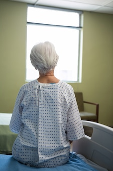 Nadenkende hogere patiënt die in het ziekenhuis zit