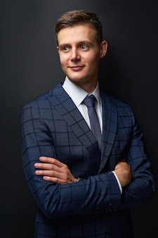 Nadenkende jonge zakenman in klassiek zwart pak