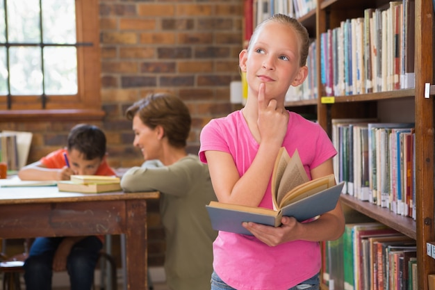 Nadenkende leerling bij bibliotheek