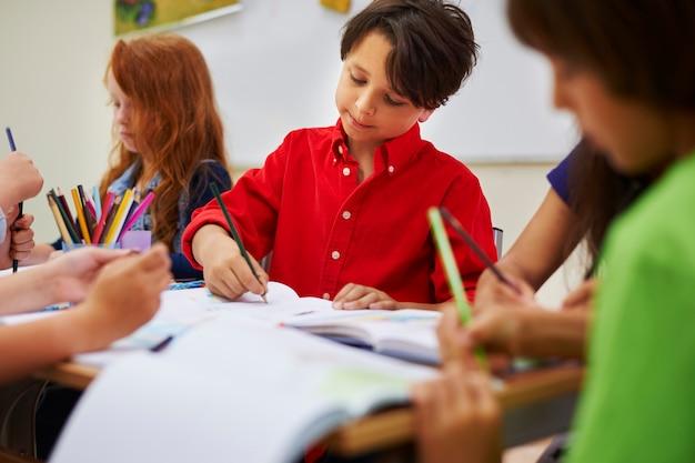 Nadenkende leerling tijdens de les