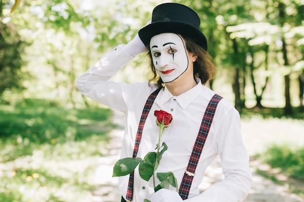 Nadenkende mime in een park
