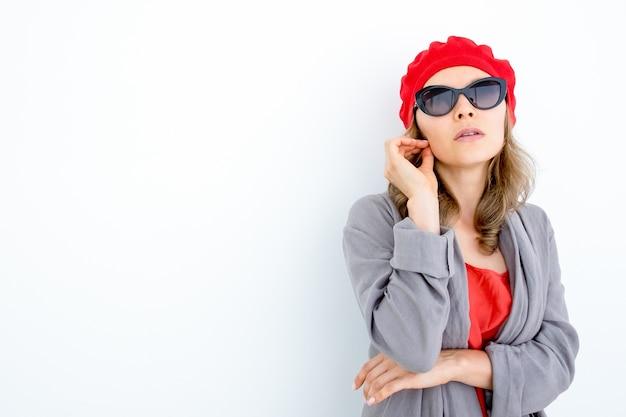 Nadenkende stijlvolle franse vrouw twirling haar