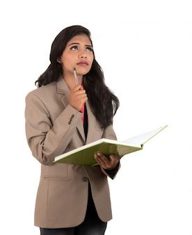 Nadenkende studente, leraar of de boeken van de bedrijfsdameholding. geïsoleerd op witte ruimtes