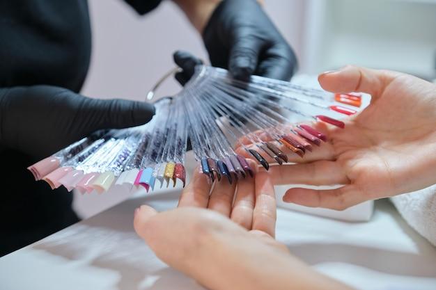 Nagel en handen zorg, close-up van vrouwelijke handen op manicure procedure