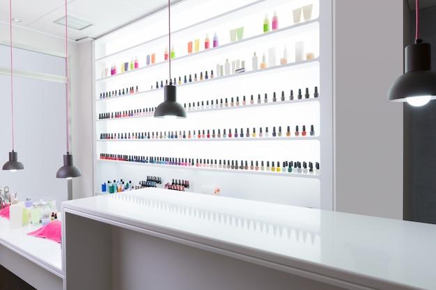 Nagel en pedicuresalon modern met kleurrijk nagellak op een rij