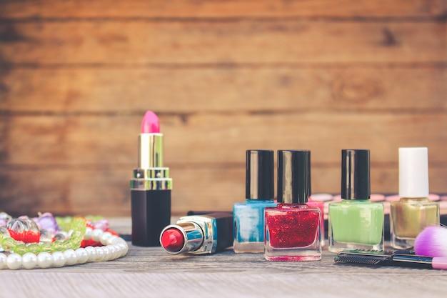 Nagellak en cosmetica op oude houten achtergrond
