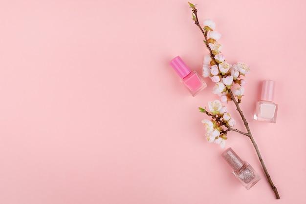 Nagellak op een roze achtergrond