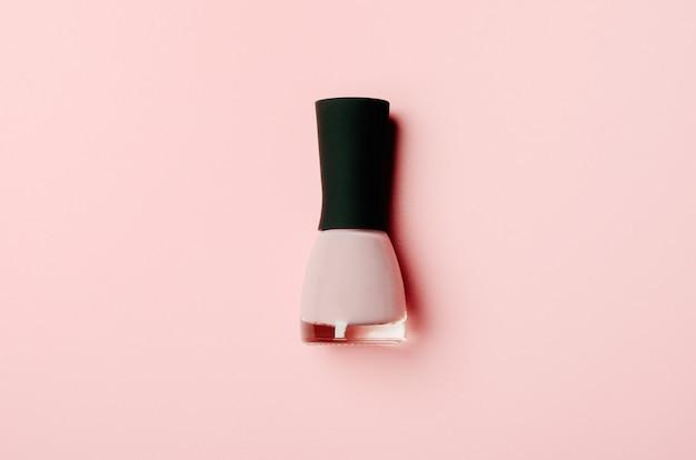 Nagellakfles op stijlvol roze