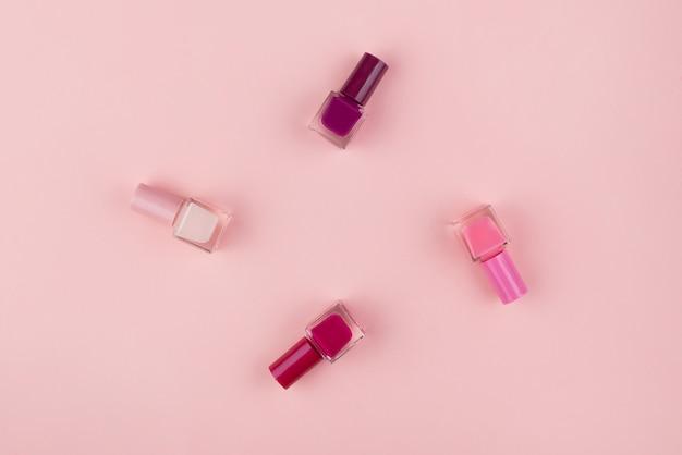 Nagellakken op een roze achtergrond