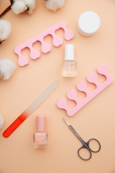 Nagelverzorging accessoires. professionele stalen manicure tools op roze oppervlak. bovenaanzicht