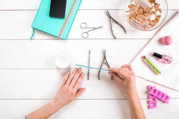 Nagelverzorging. manicure set en nagellak op houten achtergrond. bovenaanzicht. manicure. manicure voor jezelf