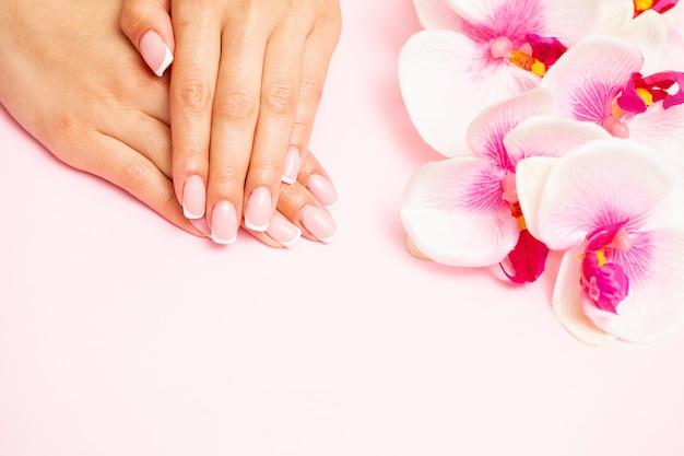 Nagelverzorging, vrouw toont een frisse manicure gedaan in een schoonheidssalon