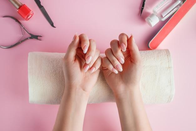 Nagelverzorgingsprocedure in een schoonheidssalon.