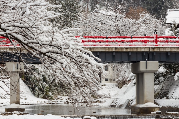 Nakabashi-brug met sneeuwval en miyakawa-rivier in wintertijd