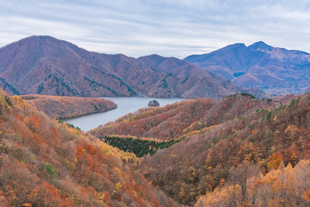 Nakatsugawa kloof vanuit uitzicht punt azuma meer lijn bij urabandai fukushima in de herfst vallen japan