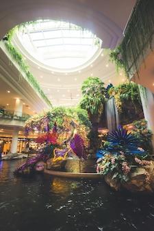 Nakhon ratchasima, kunstmatige tuin en watervaldecoratie bij winkelcomplex