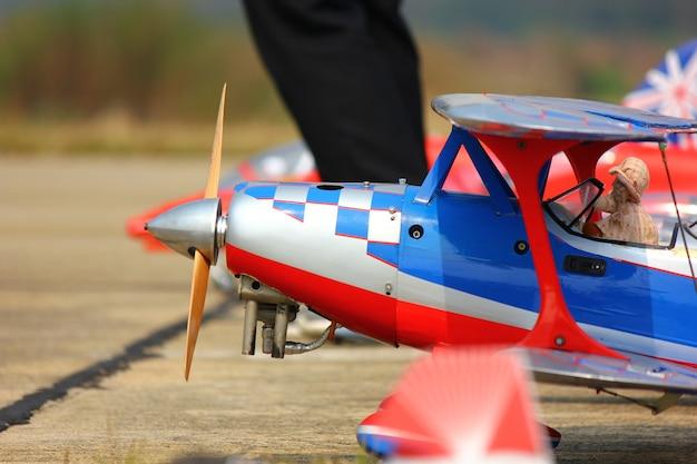 Nakornpathom, thailand-12 januari; 2019:thai children day heeft een radiografisch bestuurd vliegtuig en een helikoptershow op kamphaeng saen air base