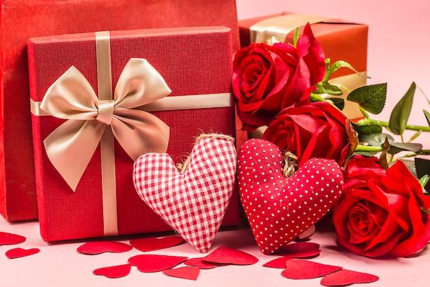 Nam en huidige gift op houten achtergrond / de achtergrond van de valentijnskaartendag toe