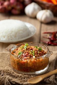 Nam prik ong, pittig varkensvlees met groentesalade, thais eten.