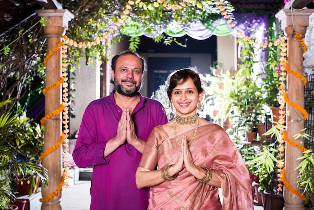 Namaste of namaskara - indiaas stel verwelkomt gasten op diwali-festival of bruiloft