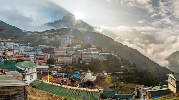 Namche bazaar-dorp op weg naar everest-basiskamp, khumbu-gebied, nepal himalaya.