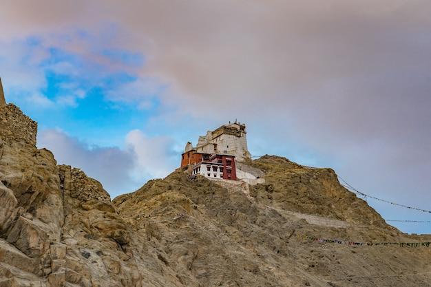 Namgyal tsemo gompa (tibetaans boeddhistisch klooster) en ruïnes van het namgyal tsemo-fort. leh, ladakh, india