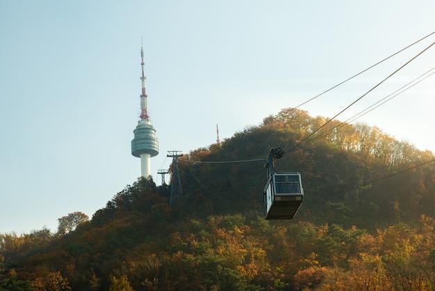 Namsan n seoul tower met de lijn van kabelbaan in de herfst in seoel, zuid-korea.