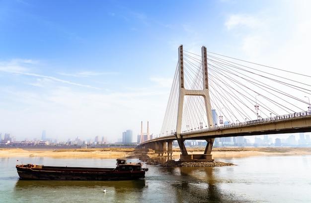 Nanchang bayi bridge onder de blauwe hemel