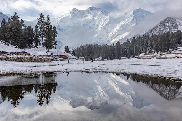 Nanga parbat berg reflectie in meer karakoram pakistan