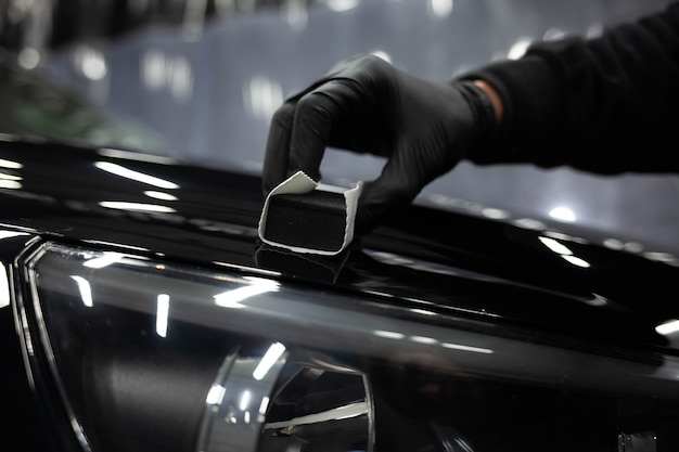 Nanokeramiek toepassen op auto's. autolak bescherming concept