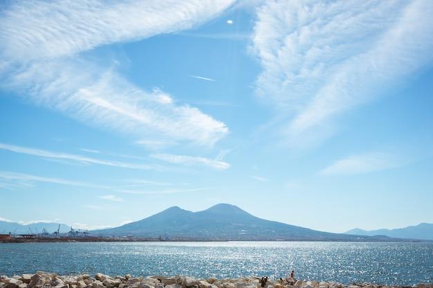 Napels, campania, italië. uitzicht op de baai, de zee en de vulkaan vesuvius