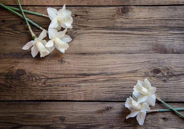 Narcissen op houten achtergrond