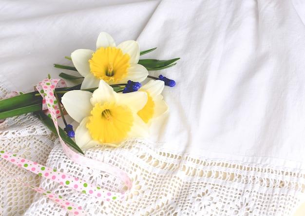 Narcissen op witte kant achtergrond lente samenstelling rustieke retro stijl