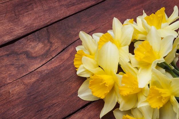 Narcissen van de de lentebloem op een donkere houten oppervlakte
