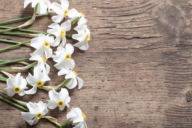 Narcissus op houten tafel