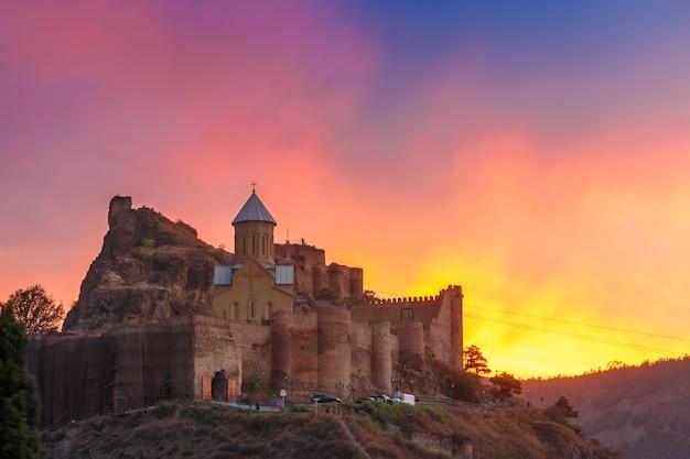 Narikala bij prachtige zonsondergang, tbilisi, georgië