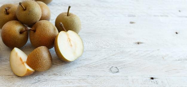 Nashi pears (appelperen of aziatische peren) op een houten tafel