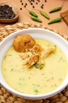 Nasi soto ayam of soto medan is traditionele kippensoep met rijst uit medan noord-sumatra
