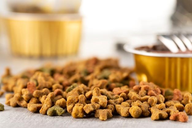 Nat en droog voedsel voor huisdieren op tafel