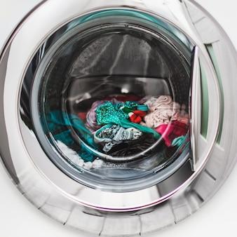 Nat gekleurd wasgoed in de wasmachine.