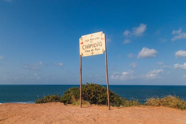 Natal, rio grande do norte, brazilië - 12 maart 2021: pipa strand identificatieplaat geschreven in het portugees '' welkom bij chapadã£o praia da pipa