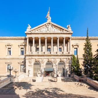Nationaal archeologisch museum van spanje en nationale bibliotheek van spanje in het centrum van madrid. madrid is de hoofdstad van spanje.