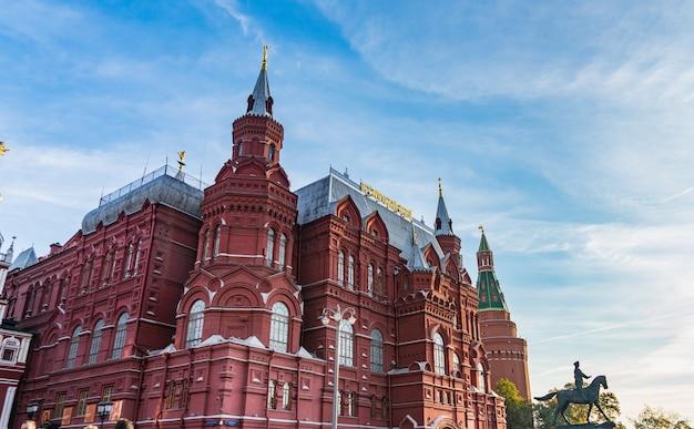 Nationaal historisch museum op het rode plein in moskou, rusland.